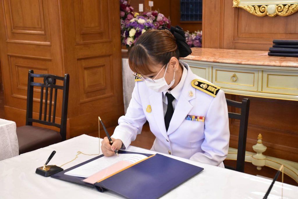 ชาวสถาบันเทคโนโลยีปทุมวัน ลงนามถวายพระพร 'กรมสมเด็จพระเทพฯ' ให้หายจากพระอาการประชวร